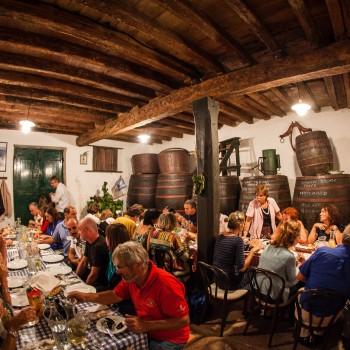 Optocht van batana-bootjes met diner in Spacio