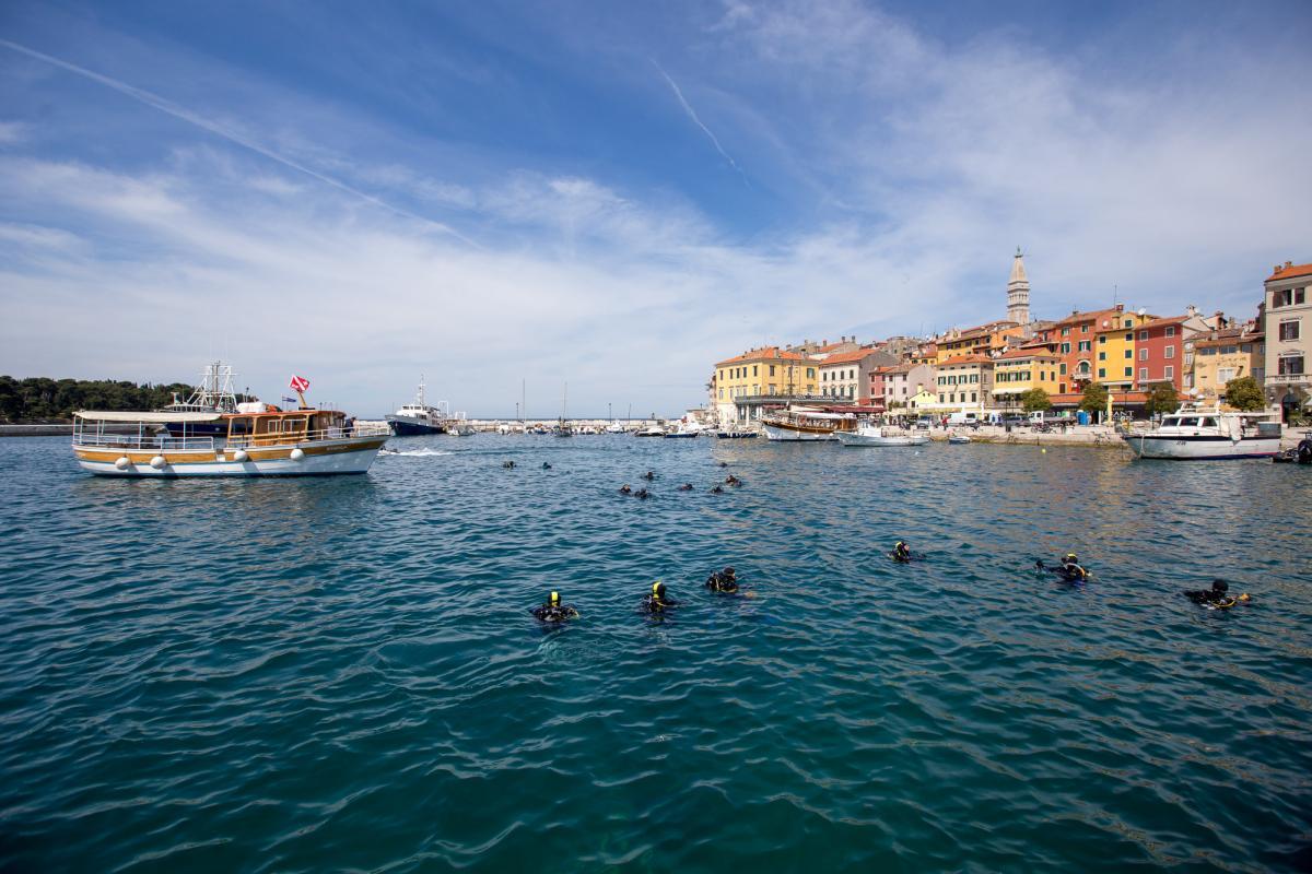 Iniziativa ecologica di pulizia dei fondali del mare