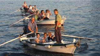 Optocht van batanabootjes met lantaarntjes en diner in Spacio